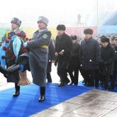 Алматылықтар Тәуелсіздік монументіне гүл шоғын қойды