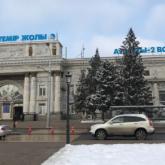 «Алматы-2» вокзалы ғимаратының қасбеті ер адамның үстіне құлап кетті