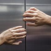 Алматыда лифтіде қамалып қалған 6 адам тұншығып қала жаздады - ТЖД