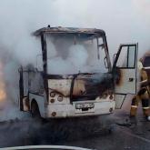 Талдықорған көшесінің қақ ортасында жолаушылар автобусы өртенді