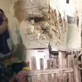 Түркістанда апалы-сіңілілер бөтелке жинап, бұзылған үйдің кірпіштерін өткізіп жүр