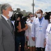 Тоқаев медицина қызметкерлеріне арналған ескерткіштің ашылуына қатысты