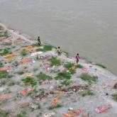 Үндістанда коронавирустан қайтыс болған жүздеген адамның мәйіті су бетіне қалқып шықты