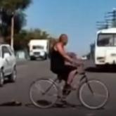 Жезқазғанның егде жастағы тұрғыны өлі мысықты велосипедке байлап сүйреген