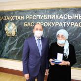 Жарылыстан қаза тапқан әскери прокурордың отбасына мемлекеттік награда тапсырылды