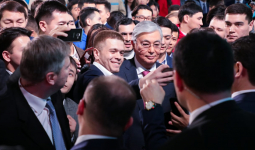 Жастар Тоқаевпен селфи жасауға «таласты»