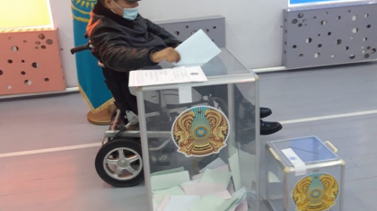 «Саналы адамның сайлауға баруы – міндет»: Алматы облысындааяқ-қолынан айырылған жігіт сайлауға барды
