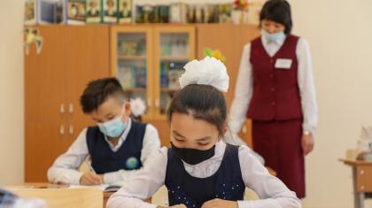 Жасы 5-тен асқан оқушылардың бәрі мектепте маскамен жүруге тиіс - Бекшин