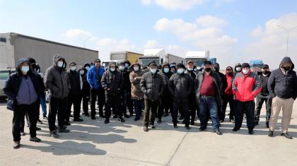 «6 айдан бері аш отырмыз»: Алматы облысында жүк тасымалдаушылар «шекарадағы былықтан» жұмыссыз қалғанын айтты