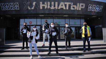 Елордада волонтерлер вакцинацияның маңыздылығы туралы буклеттер таратты