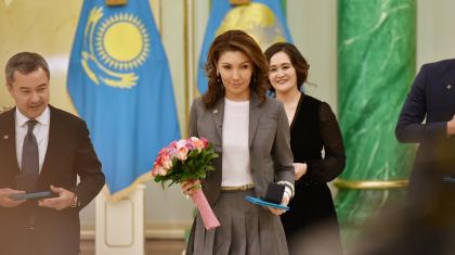 Әлия Назарбаева кітап жазып жатыр