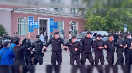 Қарағанды тұрғындары жиын өткізбек болған ЛГБТ мүшелерін ғимараттан қуып шықты (ВИДЕО)