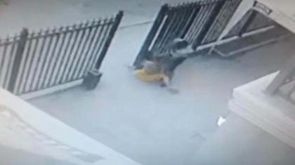 Атырауда жас жігіттің әйел адамды тонаған сәті бейнекамераға түсіп қалған