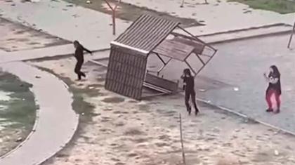 Талдықорғанда оқушы қыздар ауладағы орындықты қасақана қиратып кеткен