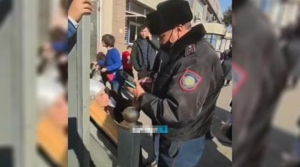 «Полицейге телефонымды беріп, ұлыма хабарласуын сұрадым»: инспектор дөрекілік көрсеткен әжей шу шығармауды өтінді